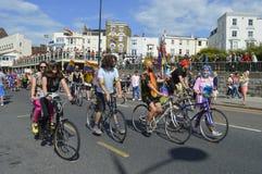 De fietsers treden in de kleurrijke Vrolijke de trotsparade van Margate toe Stock Afbeeldingen