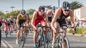 De fietsers in versnelling tijdens een wegfiets rennen royalty-vrije stock foto