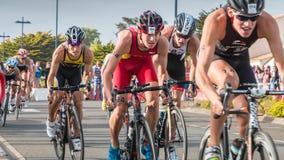 De fietsers in versnelling tijdens een wegfiets rennen stock foto