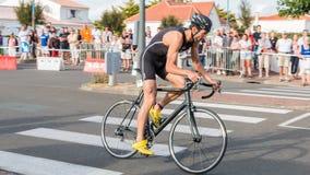 De fietsers in versnelling tijdens een wegfiets rennen stock fotografie