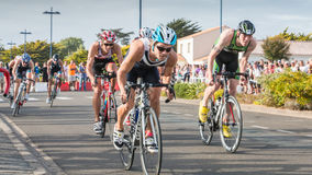 De fietsers in versnelling tijdens een wegfiets rennen stock foto's