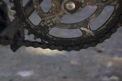 De fietskettingen en de oude delen bevlekken de olie stock afbeelding