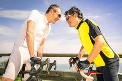 De fietsras van AR van sportuitdagers - Fiets en fietsers Stock Foto
