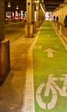 De fietsweg van Chicago onder brug bij spitsuur Royalty-vrije Stock Afbeelding