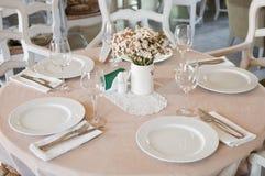 De fijne Lijst die van het Kristal bij een Restaurant plaatst Stock Afbeelding