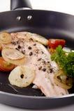 De filet van de forel in een pan met tomaat royalty-vrije stock afbeelding