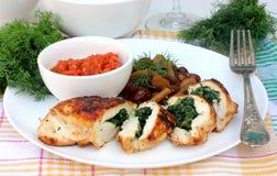 De filet van de kip die met spinazie voor diner wordt gevuld Royalty-vrije Stock Foto's