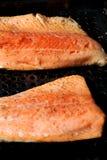 De filet van de zalmregenboogforel op de grill Stock Afbeelding