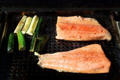 De filet van de zalmregenboogforel op de grill met zuchinni Stock Afbeeldingen