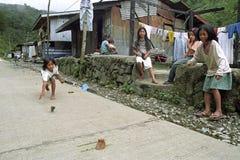 De Filipijnse Meisjes spelen met hun bovenkanten Stock Afbeeldingen