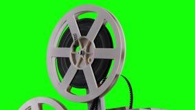 De film is gekronkeld op een cassetteprojector Het studio groene scherm stock video
