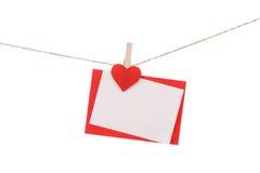 Lege document kaarten die op wasknijpers hangen Stock Afbeelding