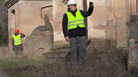 De film van de de bouwinspecteur op tabletpc bij de oude manor stock footage