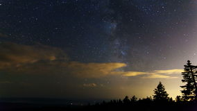 De Film van de tijdtijdspanne van Melkweg met het Bewegen van Wolken en Shooting Stars bij Nacht van Lariksberg in Portland Orego Royalty-vrije Stock Foto's