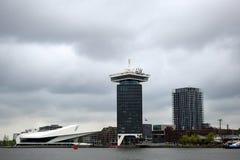 ` De Filmmuseum le ` et la Shell Tower d'oeil à Amsterdam image stock