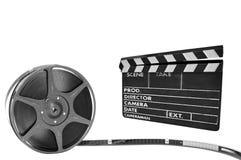 De filmspoel van het metaal en clapperboard op een zwarte backgr Stock Foto's