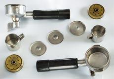 De filterhouder van professionele koffiemachine met tamped koffie royalty-vrije stock foto's