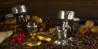De filterhouder van professionele koffiemachine met tamped koffie royalty-vrije stock foto