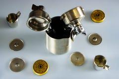 De filterhouder van professionele koffiemachine met tamped koffie stock afbeeldingen