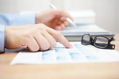 De financiële adviseur herziet beleggingsportefeuille Stock Foto's