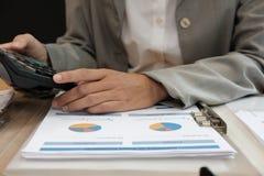 de financiële calculator van het adviseursgebruik om opbrengst & begroting te berekenen royalty-vrije stock foto's