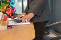 de financiële calculator van het adviseursgebruik om opbrengst & begroting te berekenen stock foto's
