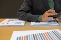 de financiële calculator van het adviseursgebruik om opbrengst & begroting te berekenen royalty-vrije stock afbeelding