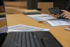 de financiële calculator van het adviseursgebruik om opbrengst & begroting te berekenen royalty-vrije stock afbeeldingen