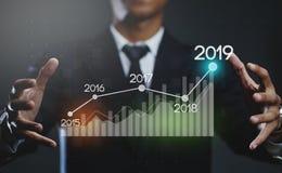 De Financiële Grafiek 2019 van zakenmancreating growing statistic royalty-vrije stock foto