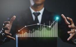De Financiële Grafiek van zakenmancreating growing statistic stock foto's