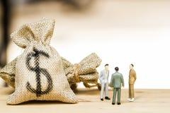 De financiële investeringsonderhandeling, bespreking onder CEO of voert uit royalty-vrije stock afbeeldingen