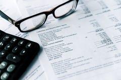 De financiële staat en het oogglas, bedrijfsconcept, document zijn model stock afbeelding