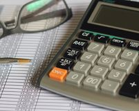 De financiën geven belastingscalculator rekenschap Stock Foto