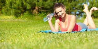 De fitness van de sport model buiten op de zomer/ royalty-vrije stock afbeelding
