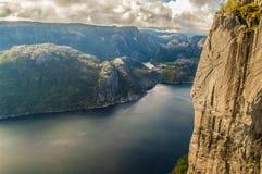 De Fjorden van Noorwegen dichtbij Preekstoelrots stock afbeelding