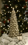 Or de flamme d'arbre de bougie de Noël image libre de droits