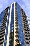 De flat van de binnenstad onder blauwe hemel Royalty-vrije Stock Foto's