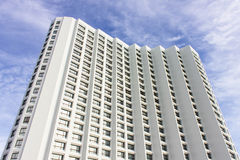 De flatgebouw met koopflatsaanpassing in de voorsteden Royalty-vrije Stock Afbeelding