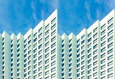 De flatgebouw met koopflatsaanpassing in de voorsteden Royalty-vrije Stock Foto's