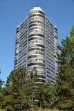 De flatgebouw met koopflatsbouw met bomen en hemel in Portland, Oregon Stock Foto's