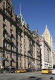 De flatgebouwen en het verkeer van New York Stock Foto's