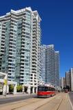 De flatgebouwen en LRT van de binnenstad Stock Foto's