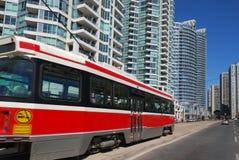 De flatgebouwen en LRT van de binnenstad Stock Afbeeldingen