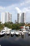 De Flatgebouwen met koopflats en de Jachthaven Strand van het Noord- van Miami Royalty-vrije Stock Foto's