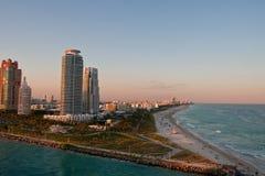 De Flatgebouwen met koopflats van de luxe op Punt van Land door het Strand van Miami Stock Afbeeldingen