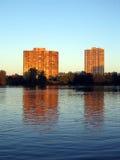 De flatgebouwen met koopflats van de waterkant bij zonsondergang Stock Fotografie