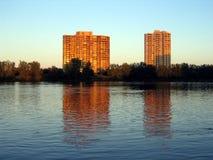 De flatgebouwen met koopflats van de waterkant bij zonsondergang Stock Foto's