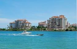 De Flatgebouwen met koopflats van het Eiland van de Luxe van het Strand van Miami Royalty-vrije Stock Foto