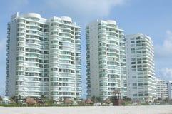De flatgebouwen met koopflats van het luxestrand Royalty-vrije Stock Afbeeldingen