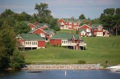 De flatgebouwen met koopflats van Lakefront Royalty-vrije Stock Afbeelding